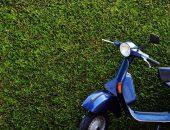 En blå moped