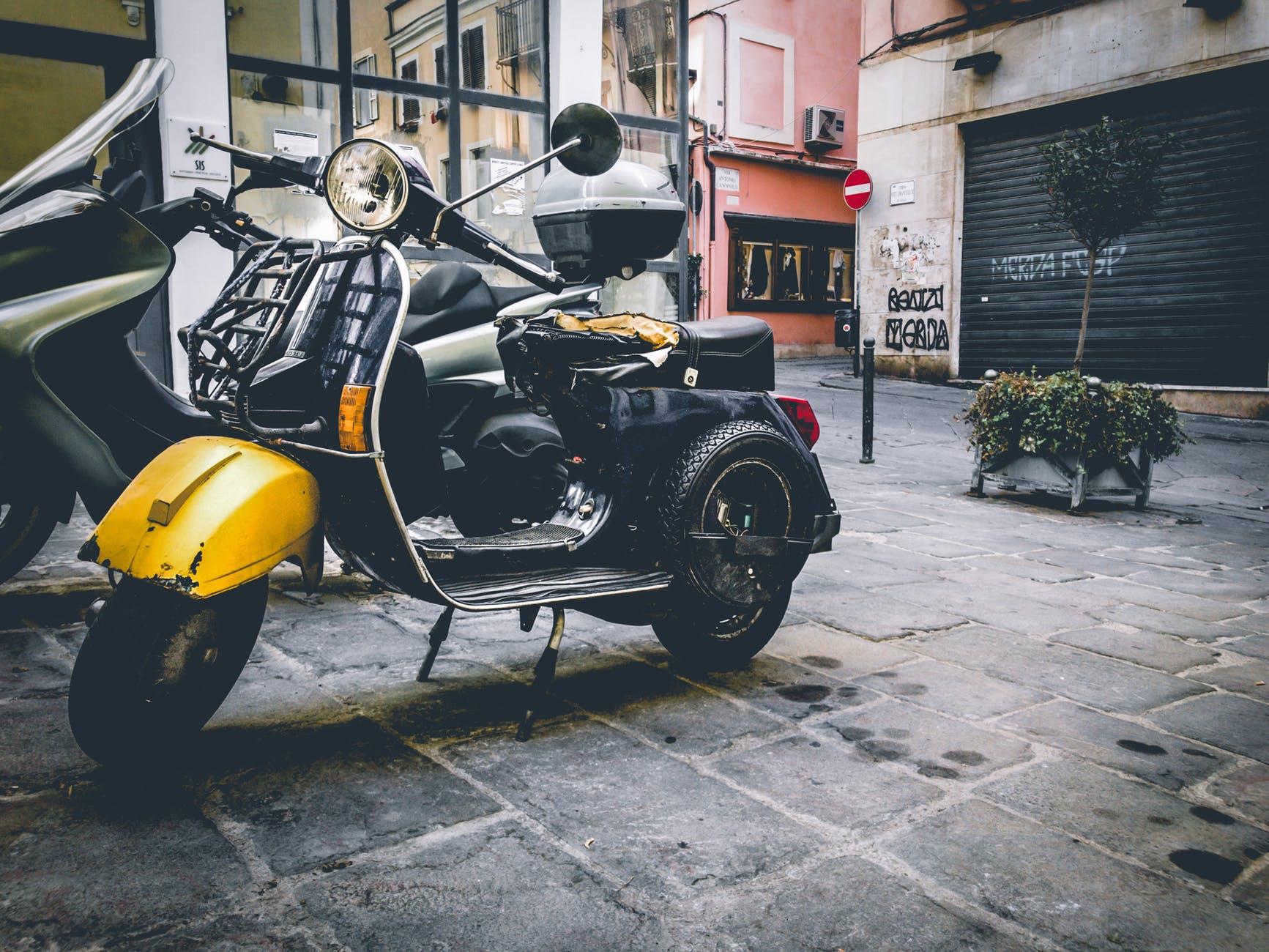 En modern moped