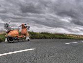 En moped på en landsväg